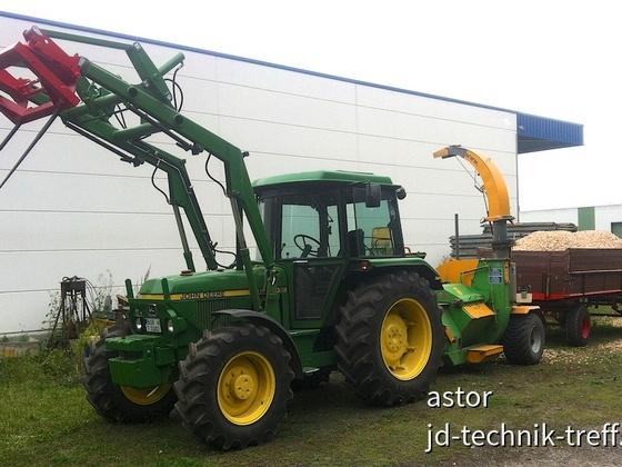 JD 1640 mit Holzhäcksler und Kipper