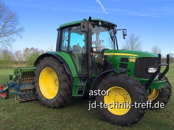 John Deere 6330 mit Nachsaatmaschine