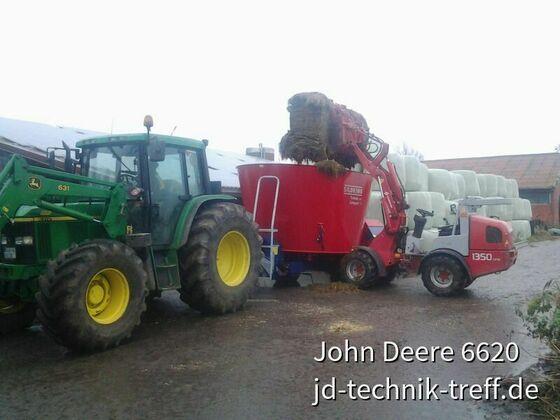 Der  Futtermischer sitz auf dem JD 6310