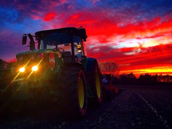 6090RC beim Pflügen während eines malerischen Sonnenuntergangs...